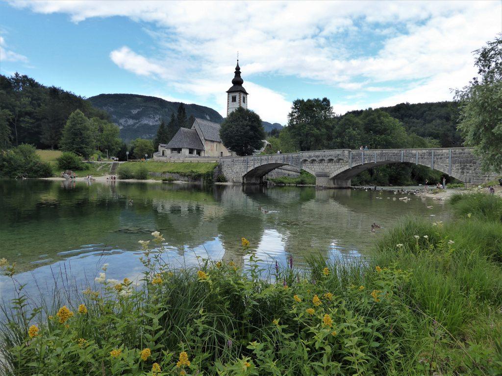 Puente sobre el lago Bohinj.